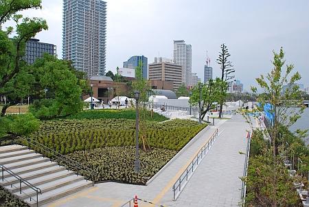 栴檀木橋(せんだんのきばし) から中之島公園を見た景色