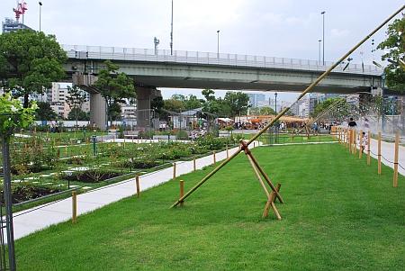 ばら園橋(そのはし)を東へ渡り