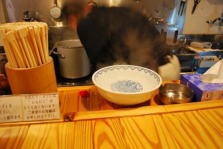 お湯が入って、器を暖めます。