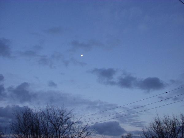 午後4時、月