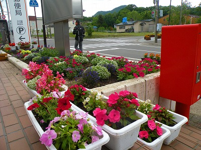郵便局も花盛り