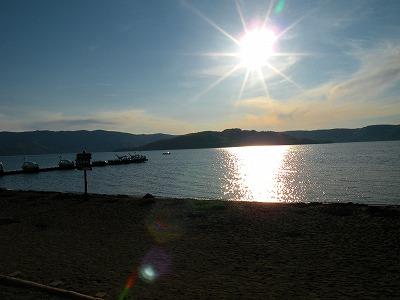 まぶしい太陽、きらめく湖面