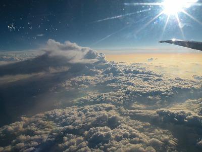太陽と雲、高度1万メートルの夕暮れ