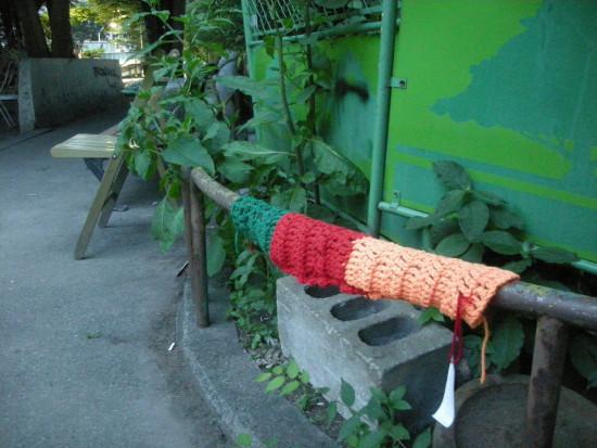 宮下公園の柵に編み物