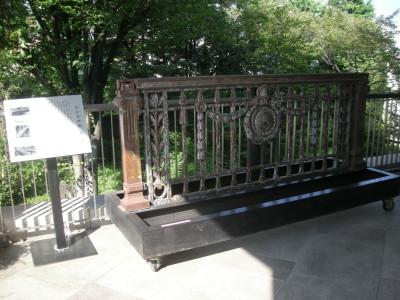 新宿区立新宿歴史博物館入り口脇のカケラ