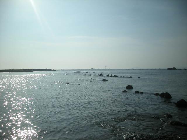 逗子の海遠方に鳥居と灯台横640