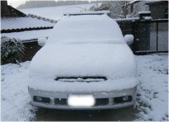 車の積もった雪。