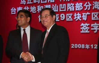 台灣中油董事長潘文炎(右)和中海油總經理傅成玉