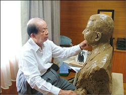 奇美集團創#36774;人許文龍親自為鳥居信平塑像,表達敬意