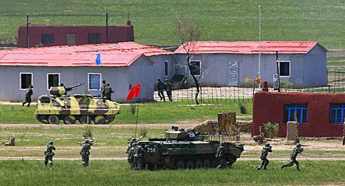 """月26日,中方#27493;戰車搭載#27493;兵向""""坤山鎮""""的""""恐怖#20221;子""""發起攻#25802;。新華社"""