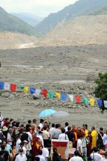 西藏精神領袖達喇嘛31日前往高雄縣甲仙#37129;小林村舉#36774;祈福法會,超渡罹難者亡魂,並為災民消災祈福。中央社記者孫仲達攝 98年8月31日
