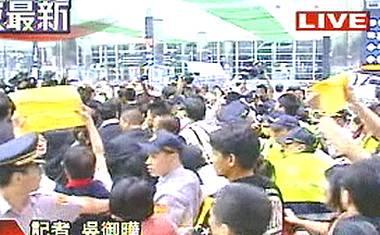 大批台灣民#30526;抗議達到訪台灣