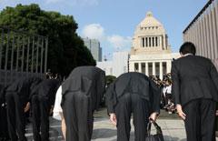 国会正門が開門し、議事堂に一礼する新人議員ら=16日午前8時