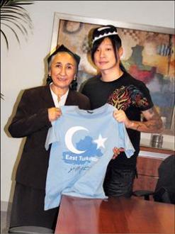 閃靈樂團主唱Freddy在華府邀請熱比#23149;十二月訪問台灣。(駐美特派員曹郁芬攝