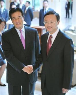 会談を前に中国の楊外相(右)と握手する岡田外相=28日午後、上海市内のホテル(共同)