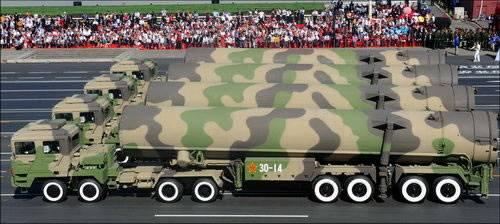10月1日在國慶#38321;兵上展示的東風31A洲際導彈
