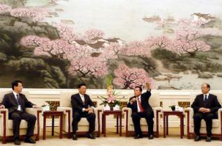 基會董事長江丙坤(右三)率領的新聞交流團訪問北京,陸委會副主委趙建民(右四) 以海基會董事身#20221;隨行。海協會會長陳雲林(右二)28日在人民大會堂會見全團