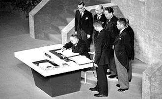 Yoshida_signs_San_Francisco_Peace_Treaty.jpg