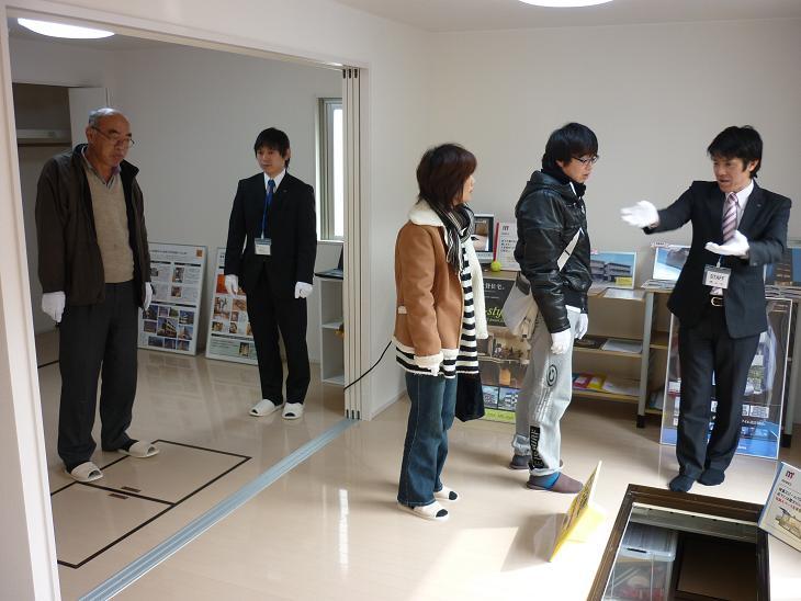 2011.02.0506 完成見学会 接客風景1