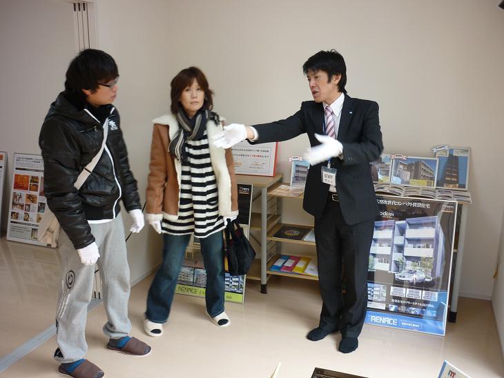2011.02.0506 完成見学会 接客風景2