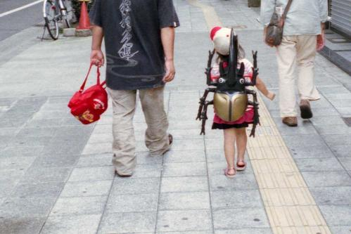 カブトムシを背負う少女