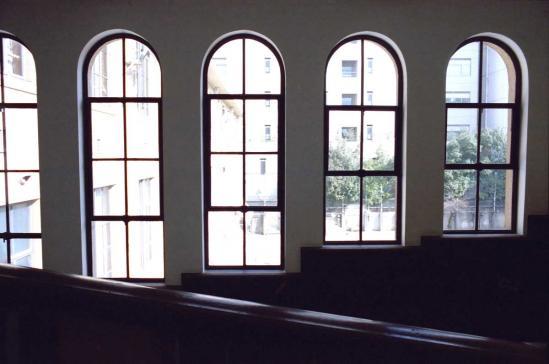 北棟西部スロープの窓