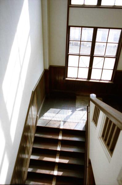 光射す階段