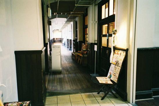 南側教室棟廊下入り口