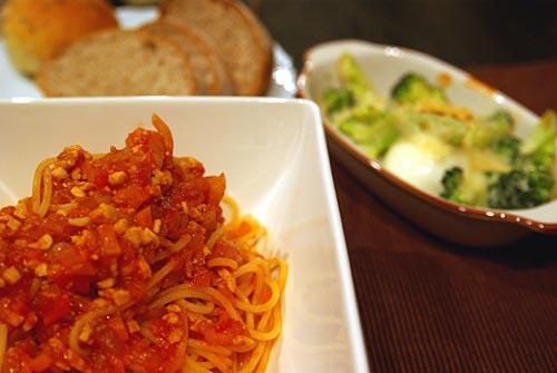 パン、チキンラグーのパスタ、ブロッコリーと半熟卵のグラタン