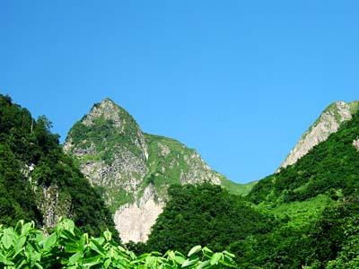 雨飾山 荒菅沢から遥か山頂を望む