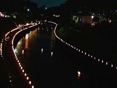 地蔵祭 燈籠流し いたち川を流れる燈篭