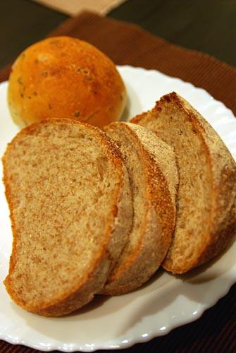 ライ麦のパンとベーコンとハーブ入りのフォカッチャ