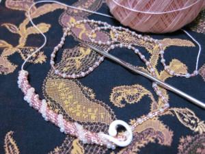 ☆刺しゅう糸に、ビーズを通してから編みこんでいきます☆