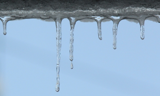 カーポートの氷柱