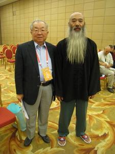 気功の先生と帯津良一医師2010世界医学気功学会
