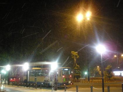 雪の舞う駅前