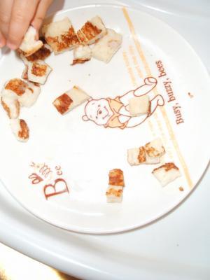 ひな1歳0ヶ月食事パン残す