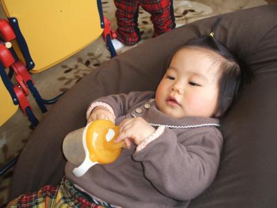 ひな1歳0ヶ月クッションでテレビ