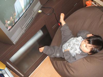ひな1歳0ヶ月クッションでテレビ、パジャマ