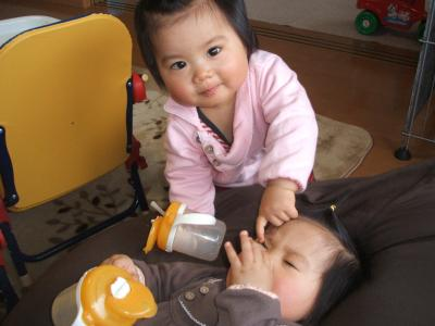 ひな1歳0ヶ月クッションでテレビ②