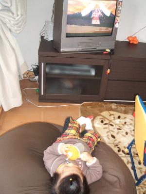 ひな1歳0ヶ月クッションでテレビ③
