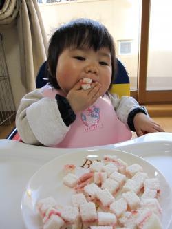 ひなサンドイッチ食べる