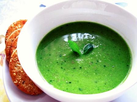 グリーンピースとパンチェッタのスープバジル風味