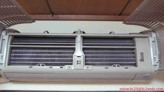 日立 エアコン フィルターを外した様子