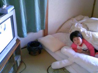 寝ながらテレビ。