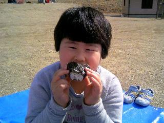 オニギリ食べる