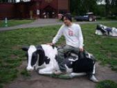 岩手旅行20100614・牛の置物に乗る