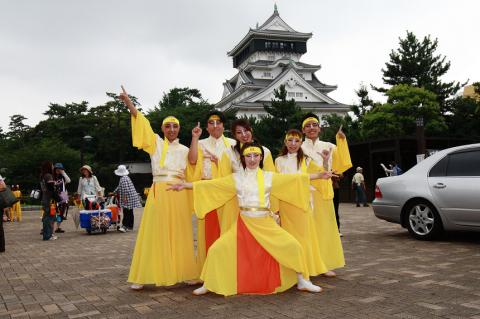 小倉城の前で