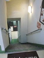 地下へ階段をおります。