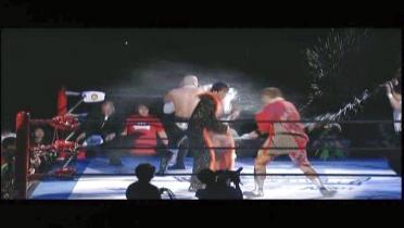 襲撃する飯塚、矢野